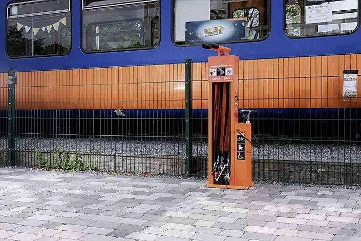 "<div id=""container"" class=""container"">Servicestation ASSIST, Modell ""BASIC"", pulverbeschichtet in RAL 2003 pastellorange</div>"
