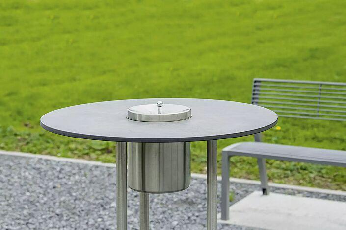Detail: Tischplatte aus Werzalit mit integriertem Ascher