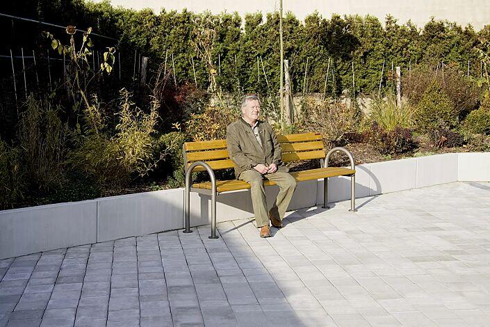 Senioren-Sitzbank SAN REMO mit Holzbelattung, mit Rückenlehne und Armlehnen