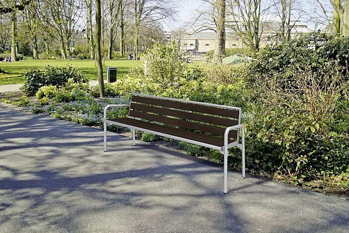Sitzbank OSTUNI mit Rückenlehne und Armlehnen, mit Bambusholzbelattung, Stahlteile in RAL 9006 weißaluminium