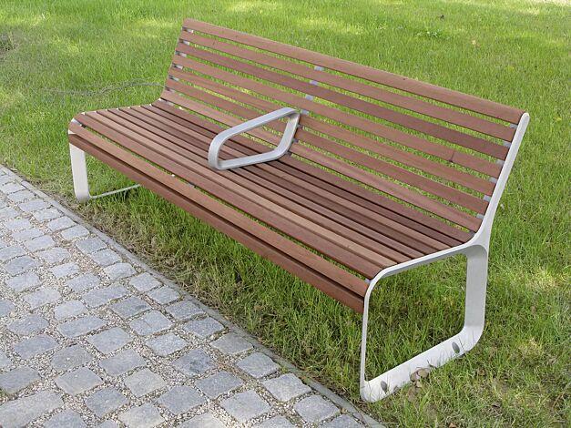 Sitzbank PORTIQOA mit Rückenlehne und einer Mittelarmlehne, mit Jatobaholzbelattung