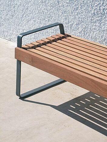 Sitzbank PREVA URBANA ohne Rückenlehne und mit Armlehnen, mit Jatobaholzbelattung, Stahlteile in DB 703 eisenglimmer