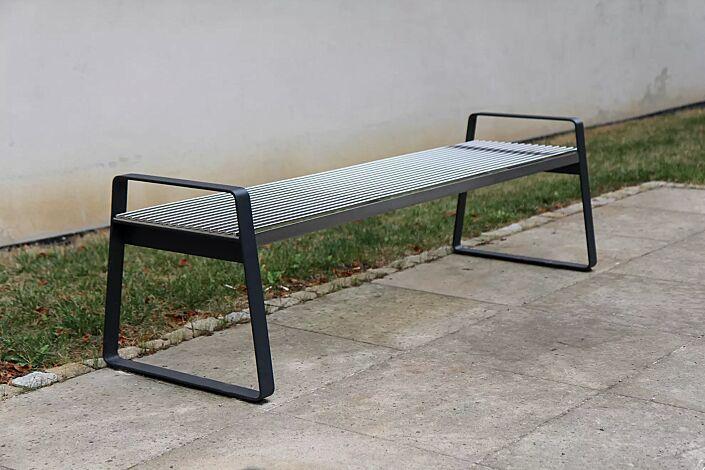 Sitzbank PREVA URBANA ohne Rückenlehne und mit Armlehnen, mit Auflage aus Edelstahl, Stahlteile in RAL 7016 anthrazitgrau