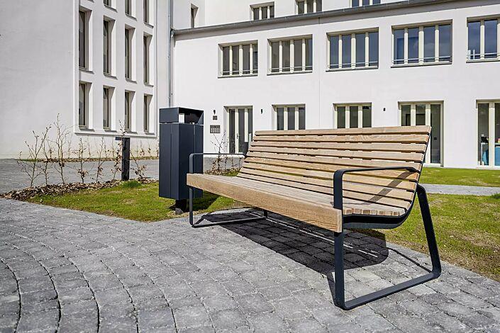 Sitzbank PREVA URBANA mit Rückenlehne und Armlehnen, mit Robinienholzbelattung, Stahlteile in RAL 7016 anthrazitgrau und Abfallbehälter NANUK