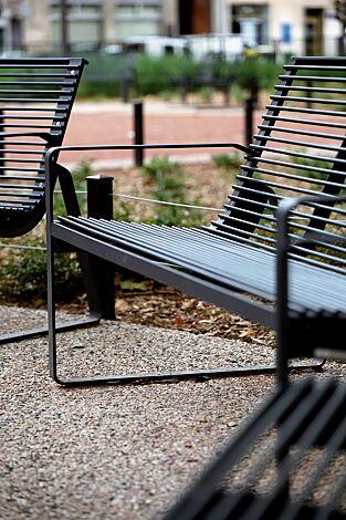 Sitzbank PREVA URBANA mit Rückenlehne und Armlehnen, in RAL 7016 anthrazitgrau