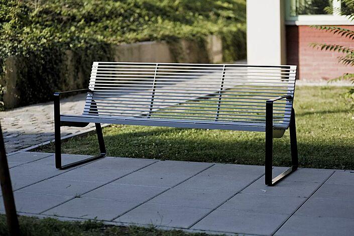 Sitzbank PREVA URBANA mit Rückenlehne und Armlehnen, Stahlteile in RAL 9005 tiefschwarz