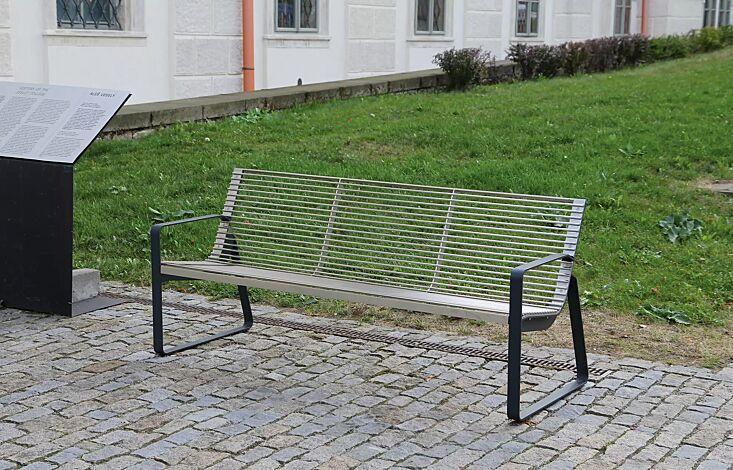 Sitzbank PREVA URBANA mit Rückelehne und Armlehnen, Stahlteile in RAL 7016 anthrazitgrau