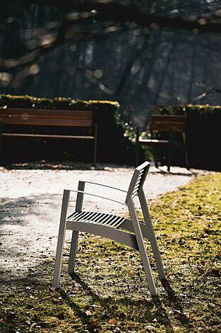 Sitz VERA mit Rückenlehne und Armlehnen, Rundstahlauflage in RAL 9007 graualuminium, Stahlteile in RAL 9006 weißaluminium (zweifarbig auf Anfrage)