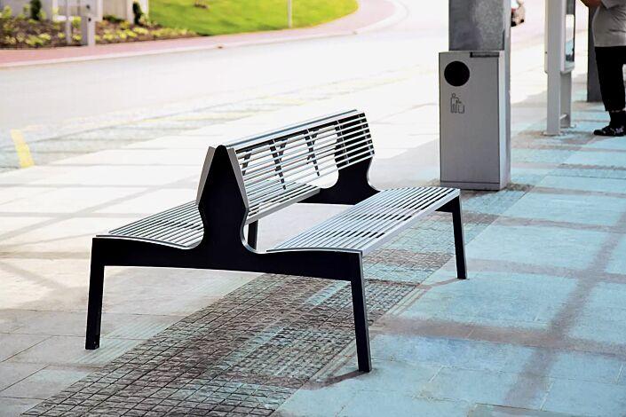 Sitzbank VERA mit Rückenlehne, doppelseitig, mit Rundstahlauflage in RAL 9006 weißaluminium, Stahlteile RAL 7016 anthrazitgrau (zweifarbig auf Anfrage)
