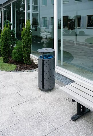 Abfallbehälter DIAGONAL, rund, mit Schutzdach und Ascher, Korpus: perforiertes Stahlblech