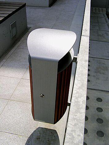 Abfallbehälter LENA mit Ascher, 70 Liter, zur Wandbefestigung, Korpus: Jatobaholzbelattung, Stahlteile in RAL 9007 graualuminium