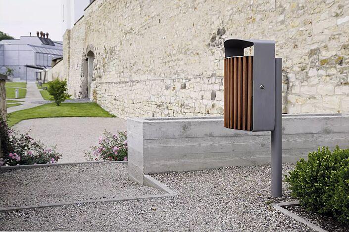Abfallbehälter LENA mit Ascher, 30 Liter, mit Pfosten zum Aufdübeln, Korpus: Jatobaholzbelattung, Stahlteile in RAL 9007 graualuminium