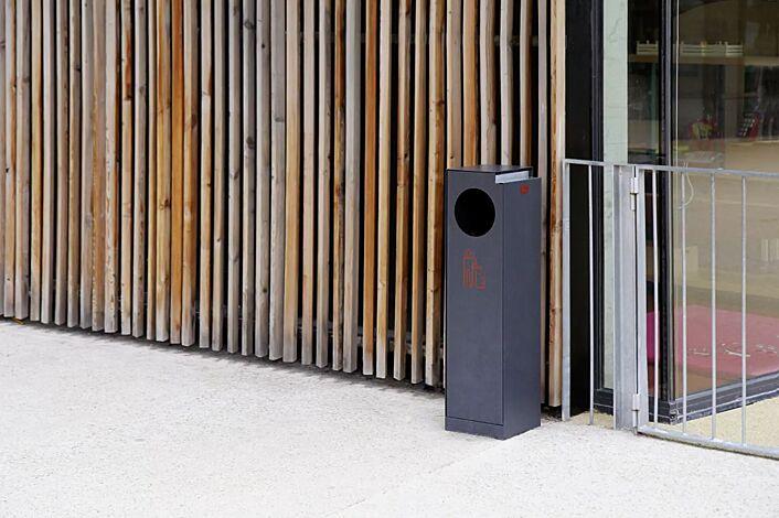 Abfallbehälter CRYSTAL mit Ascher, 32 Liter, ohne Einwurfklappe, in RAL 7016 anthrazitgrau, Siebdruck in RAL 3020 verkehrsrot