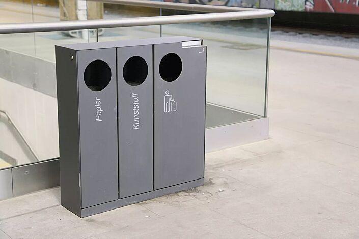 Abfallbehälter CRYSTAL TRIO mit 1 Ascher, 2 x 32 und 1 x 55 Liter, ohne Einwurfklappe, in DB 703 eisenglimmer, Siebdruck in RAL 9003 signalweiß