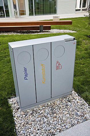 Abfallbehälter CRYSTAL TRIO mit 1 Ascher, 2 x 32 und 1 x 55 Liter, mit Einwurfklappe, in RAL 9006 weißaluminium, Siebdruck in RAL 5002 ultramarinblau, RAL 1028 melonengelb und RAL 3020 verkehrsrot