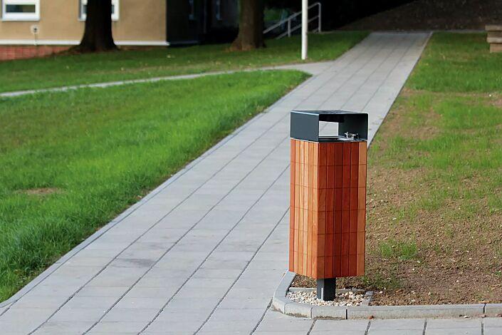 Abfallbehälter NANUK, quadratisch, mit Schutzdach und Ascher, Korpus: Jatobaholzbelattung, Stahlteile in RAL 7016 anthrazitgrau