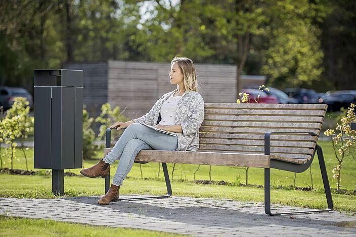 Abfallbehälter NANUK, quadratisch, mit Schutzdach und Ascher, Korpus: Stahlblech, in RAL 7016 anthrazitgrau und Sitzbank PREVA URBANA