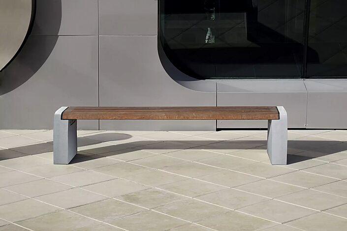 Sitzbank FORMA ohne Rückenlehne, mit Jatobaholzbelattung, Seitenteile aus Beton hellgrau