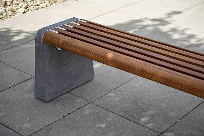 Sitzbank FORMA ohne Rückenlehne, mit Jatobaholzbelattung, Seitenteile aus Beton dunkelgrau