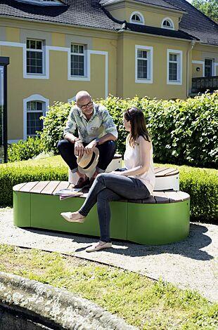 Sitzpodest URBAN ISLANDS, Kombination 2, mit Jatobaholzbelattung, Stahlteile in RAL 9006 weißaluminium und RAL 6010 grasgrün