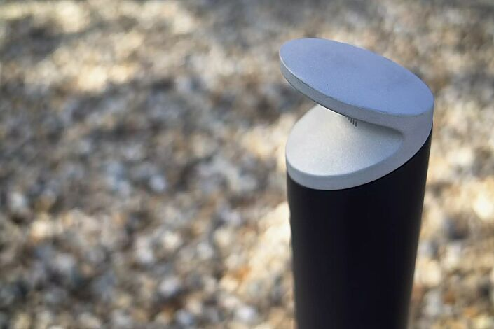 Poller BARD in RAL 9005 tiefschwarz, Pollerkopf in RAL 9006 weißaluminium