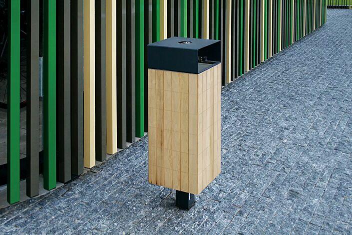 Abfallbehälter NANUK, quadratisch, mit Schutzdach und Ascher, Korpus: Robinienholzbelattung, Stahlteile in RAL 7016 anthrazitgrau