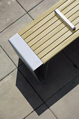 Detail: Sitzfläche, mit Robinienholzbelattung, mit Edelstahlstreben