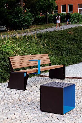 Sitzbank RADIUM mit Rückenlehne, mit Jatobaholzbelattung, Stahlteile RAL 9005 tiefschwarz, USB-Anschluss (Zubehör) und Ablagetisch (auf Anfrage), Sitz RADIUM aus Stahl