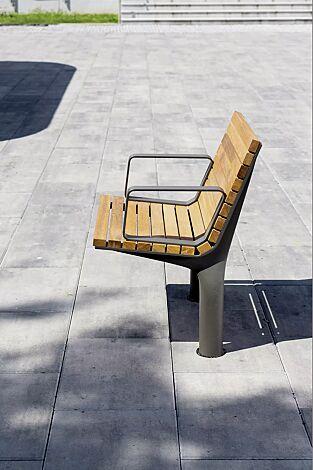 Sitz VLTAU mit Rückenlehne und Armlehnen, mit Robinienholzbelattung, Stahlteile in DB 703 eisenglimmer