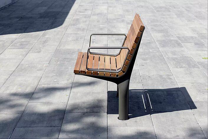 Sitz VLTAU mit Rückenlehe und Armlehnen, mit Jatobaholzbelattung, Stahlteile in DB 703 eisenglimmer