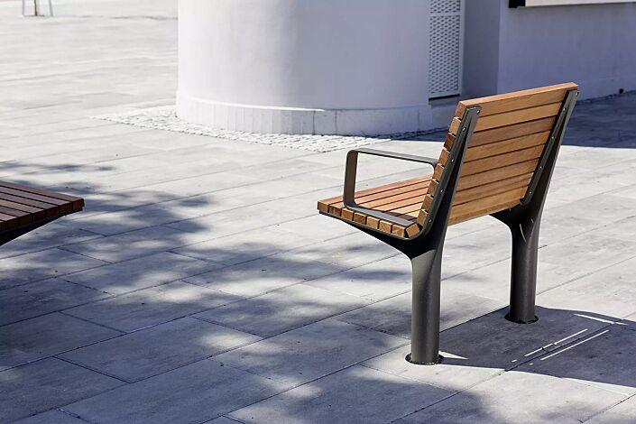 Sitz VLTAU mit Rückenlehne und Armlehnen, mit Jatobaholzbelattung, Stahlteile in DB 703 eisenglimmer