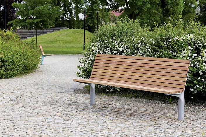 Sitzbank VLTAU mit Rückenlehne, mit Jatobaholzbelattung, Stahlteile in RAL 9006 weißaluminium