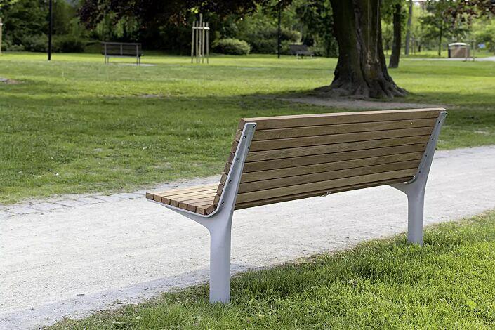 Sitzbank VLTAU mit Rückenlehne, mit Robinienholzbelattung, Stahlteile in RAL 9006 weißaluminium