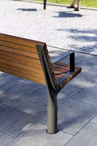 Sitzbank VLTAU mit Rückenlehne und Armlehnen, mit Jatobaholzbelattung, Stahlteile in RAL 9007 graualuminium