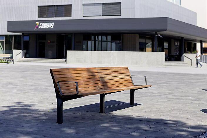 Doppelsitzbank VLTAU mit Rückenlehne und Armlehnen, mit Jatobaholzbelattung, Stahlteile in RAL 7016 anthrazitgrau