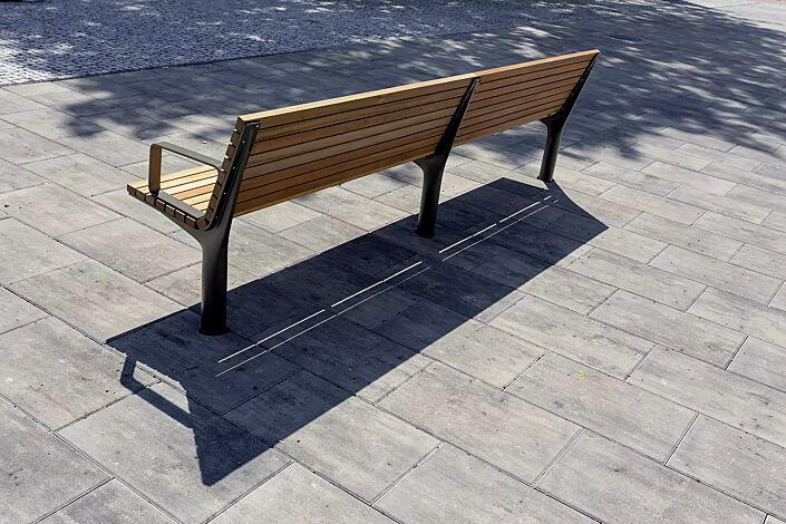 Doppelsitzbank VLTAU mit Rückenlehne und Armlehnen, mit Robinienholzbelattung, Stahlteile in RAL 9007 graualuminium
