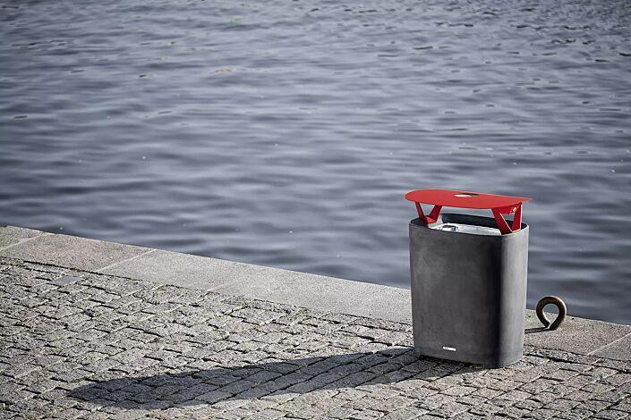 Abfallbehälter BETTER mit Schutzdach und Ascher, Behälter in dunkelgrau, Schutzdach in RAL 3020 verkehrsrot