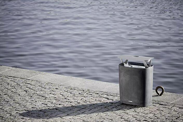 Abfallbehälter BETTER mit Schutzdach und Ascher, Behälter in dunkelgrau, Schutzdach in RAL 9006 weißaluminium