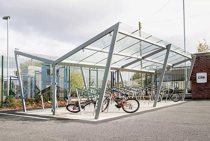 Fahrradüberdachung EDGE, doppelseitig, Dachbreite x Dachtiefe 7740 mm x 5115 mm, Dacheindeckung VSG, Klarglas, mit Seitenwänden und Anlehnbügel EDGETYRE, Stahlkonstruktion in RAL 7047 telegrau