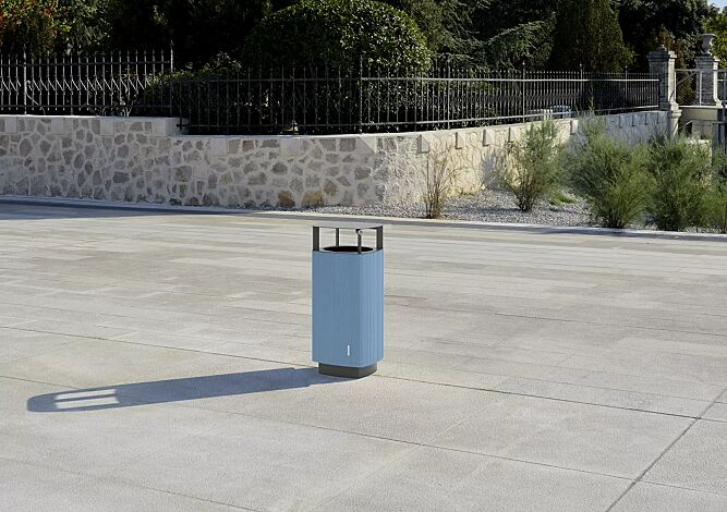 Abfallbehälter QUINBIN, quadratisch abgerundet, mit Schutzdach, Korpus: Aluminiumprofile in RAL 5024 pastellblau, Stahlteile in RAL 9007 graualuminium