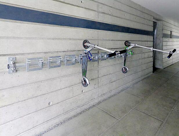 Reihenanlage Scooter-Parker CHARLOTTE bestehend aus 3 Montageplatten und Querrohr 2750 mm, 10 Stellplätze