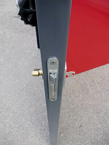 Detail: Schließsystem mit stabilem Einsteckschloss und innenliegender Notentriegelung