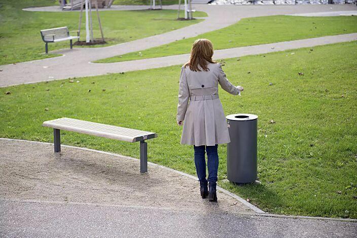 Abfallbehälter NORANDA, mit Ascher, in DB 703 eisenglimmer