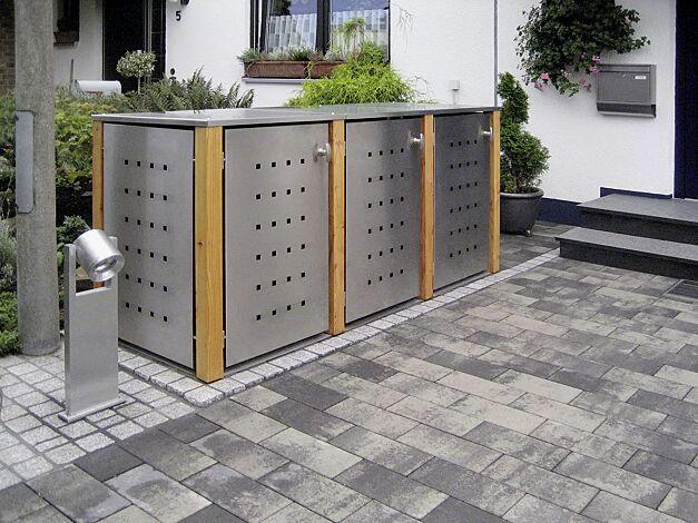 Müllbehälter-Dreifachschrank GARLAND mit Flachdach, Türen, Dach, Rück- und Seitenwandelemente aus Edelstahl, Pfosten in Lärchenholz