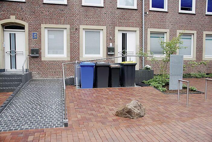 <p>Unterflur-Müllbehältervierfachschrank BANTRY für Tonnengröße 4 x 240 Liter</p><p>Unterflur-Müllbehälterschrank BANTRY, ausgefahren</p>