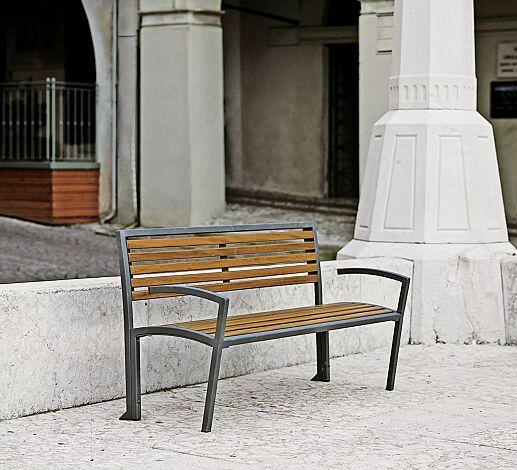 Sitzbank CAMILLA mit Rückenlehne und Armlehnen, mit Sapeliholzbelattung, Stahlteile in RAL 7016 anthrazitgrau