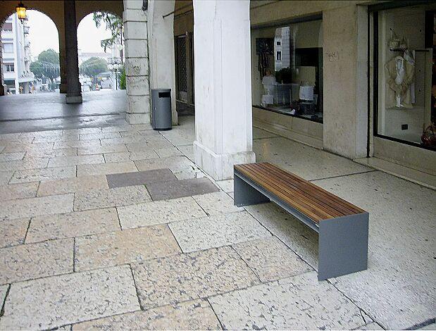 Sitzbank CIMA ohne Rückenlehne, mit Sapeliholzbelattung, Stahlteile in RAL 7016 anthrazitgrau