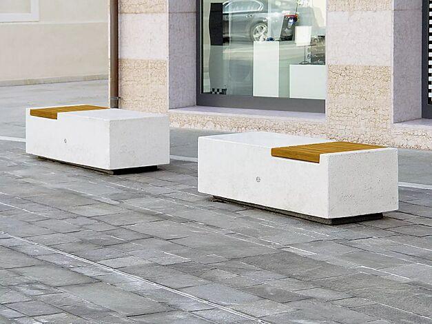Sitzbank DEMETRA ohne Rückenlehne, aus Beton, mit Okouméholzbelattung, in Granitoptik weiß<br>