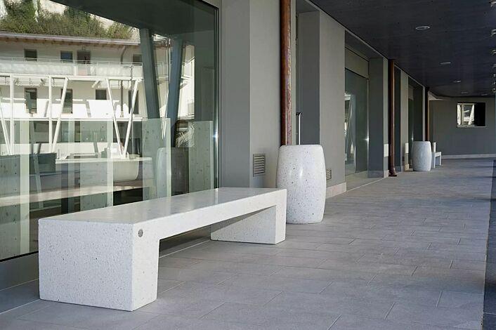 Sitzbank ERACLEA ohne Rückenlehne, aus Beton, Sitzfläche geschliffen, in Granitoptik weiß