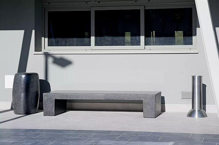 Sitzbank ERACLEA ohne Rückenlehne, aus Marmor, Sitzfläche geschliffen, in schwarz ebano